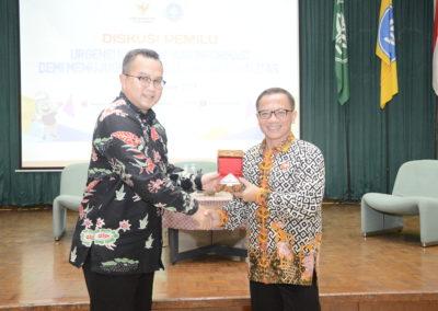 Rektor IPB Memberikan Plakat Kepada Ketua Komisi Informasi Pusat